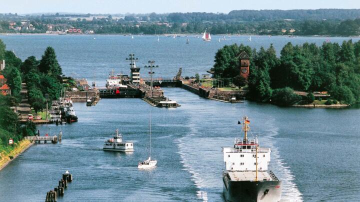 Die drei meistbefahrenen künstlichen Wasserstraßen der Welt: der Nord-Ostsee-Kanal (32.000 Schiffe pro Jahr), ...