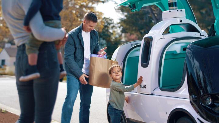 Smarte, selbstfahrende Hightech-Roboter, die Supermarkt-Bestellungen oder Fastfood ausliefern – die automatisierte Zukunft der Door-to-Door-Delivery-Services wird schon seit Jahren erprobt. So ist Roboter-Hersteller Nuro in den USA mit dem R2 unterwegs. Mit Lidar, Radar und Kameras ausgestattet, navigiert er sich mit bis zu 40 km/h durchs städtische Straßenlabyrinth. Kunden nehmen ihre Ware nach Eingabe eines Codes einfach aus einem Kühlfach.