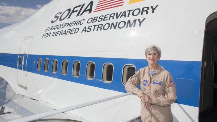 Elizabeth Ruth ist the only woman in SOFIA's pool of pilots. The NASA employee has been flying the observatory jet since 2016
