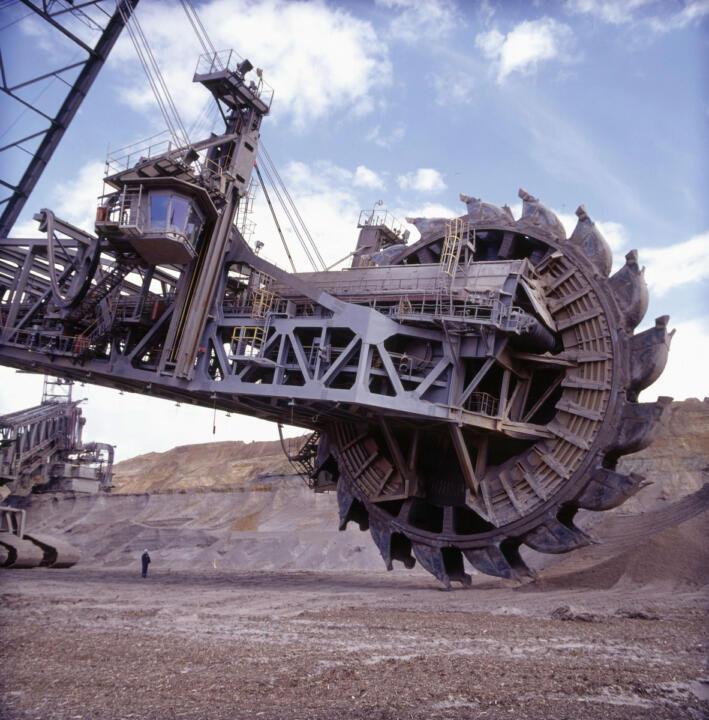 <strong>Tagebau Garzweiler (D)</strong><br/>Das Schaufelrad des Kohlebaggers hat einen Durchmesser von 21,60Metern. Im mehrjährigen Rhythmus ist die Revision der mächtigen Lager nötig.