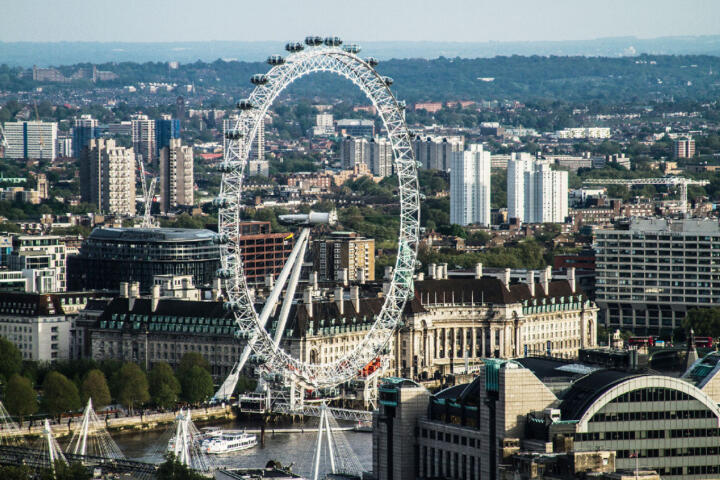 """<strong>London (GB) </strong> <br/>Work at dizzying heights: The wheel of the 135 meter (443 feet) high """"London Eye"""" weighs 2,100 metric tons (2,315 short tons) and is supported by two Schaeffler spherical roller bearings."""