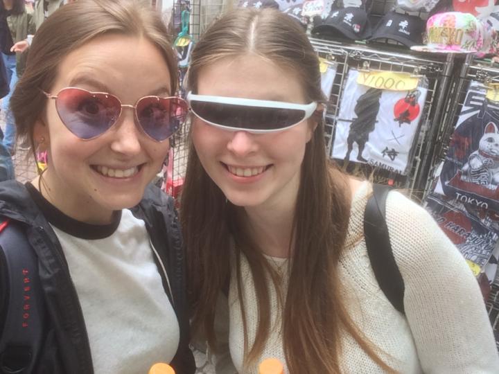 <strong>Wir sind</strong> Natalia Pryakhina und Laura Studer<br/><strong>Wir leben in Tokio seit</strong> dem 1. April 2018<br/><strong>Bei Schaeffler machen wir …</strong> ein mehrmonatiges Auslandspraktikum. Natalia arbeitet an innovativen Industrieprojekten mit und Laura optimiert Schnittstellenprozesse in der Personalabteilung.<br/><strong>Das Besondere an Tokio ist … </strong>dass es eine Stadt der Gegensätze ist. Direkt neben dem weltberühmten und sehr traditionellen Meiji-Schrein findet man die verrücktesten Dinge in der Takeshita Street in Harajuku. Anschließend überquert man die größte Fußgänger-Kreuzung der Welt in Shibuja. Wenn uns die Füße dann noch tragen, wird die Nacht tanzend in einem der unzähligen kleinen Clubs in Roppongi verbracht. Die Stadt schläft einfach nie.