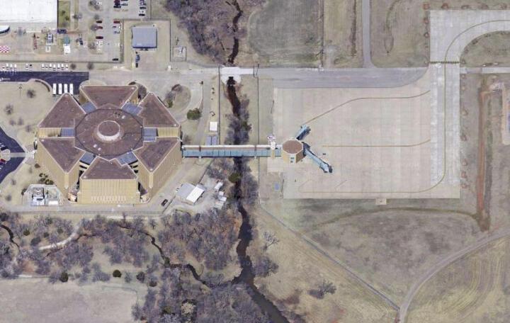 <strong>Will Rogers Airport </strong><br/>Wer hier landet, hat unter Umständen reichlich was auf dem Kerbholz: Ein Gate des Flughafens von Oklahoma City führt direkt in den Zellentrakt des örtlichen Gefängnisses.