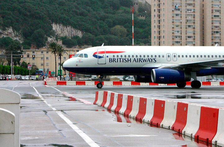 <strong>Gibraltar </strong><br/>Wenn dort ein Passagierjet einschwebt oder abhebt, ist die britische Kolonie vom spanischen Festland abgeschnitten, denn Autos und Fußgänger müssen die Piste des Flughafens queren, um in die Enklave zu kommen.