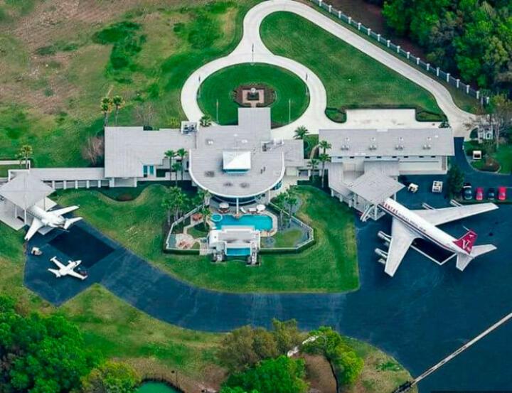 <strong>Jumbolair Airport </strong>Hollywood-Star und Hobbypilot John Travolta hat wie auch ein paar andere Multimillionäre seine Villa direkt an einer der beiden Landebahnen des Privat-Flughafens errichtet. Während Normalbürger mit dem Auto vor die Haustür rollen, nimmt Travolta dafür eine Boeing 707.<br/><br/>