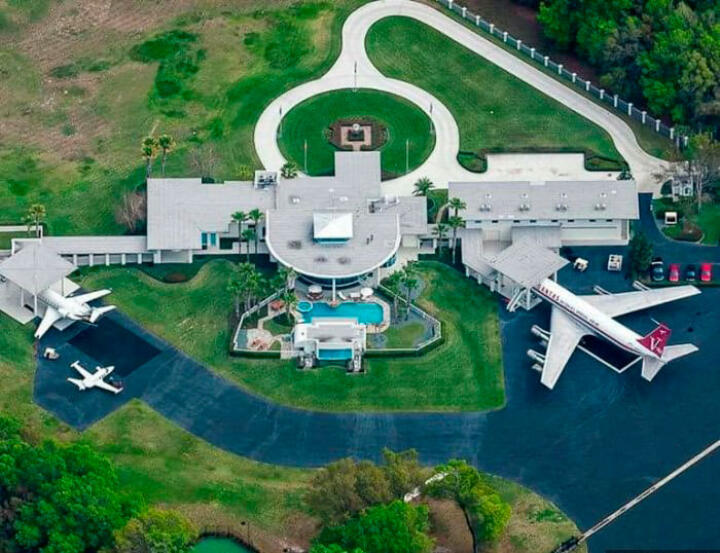 <strong>Jumbolair Airport </strong>– Hollywood star and hobby pilot John Travolta, like a few other multi-millionaires, has built his mansion directly next to one of the two runways of the private airport. Whereas normal citizens drive their cars to their doorstep Travolta arrives in a Boeing 707.