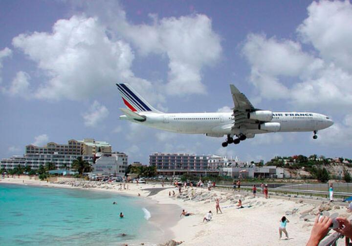<strong>St. Maarten</strong> <br/>Um auf dem Karibik-Eiland zu landen, fliegen die Jets so dicht über den Maho Beach, dass sie zum Greifen nah erscheinen.