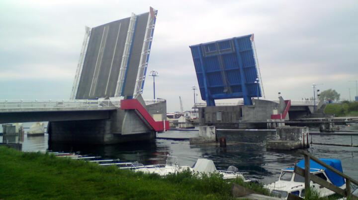 <strong>Falsterbo (S)</strong><br/>Die bei der Falsterbo-Brücke in Südschweden verbauten FAG-Pendelrollenlager müssen circa alle fünf Jahre gedreht werden, um eine einseitige Abnutzung zu vermeiden. Die Brücke quert seit 1992 den Falsterbro-Kanal. Die Vorgängerin wurde 1940 an gleicher Stelle installiert, nachdem sie 50 Jahre lang in Kopenhagen ihren Dienst getan hatte.