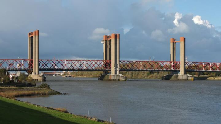 <strong>Oude Maas (NL)</strong><br/>Die Hubbrücke Spijkenisse besteht aus vier 100-Meter-Segmenten. Die beiden mittleren können unabhängig voneinander in sogenannten Hissrahmen um 45 Meter angehoben werden. Die Laufrollen des Hissrahmens arbeiten mit insgesamt 168 FAG-Pendelrollenlagern. 16 Seiltrommeln – gelagert in je zwei FAG-Pendelrollenlagern – sorgen für den Antrieb. Die 64 FAG-Pendelrollenlager der 32 Seilscheiben müssen ein Gewicht von circa 170 Tonnen bei einer Drehzahl von 3 U/Min. tragen.