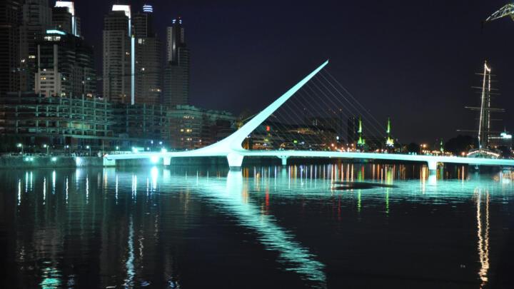 <strong>Buenos Aires (RA)</strong><br/>Die Fußgängerbrücke Puente de la Mujer im alten Hafen der Metropole ist architektonisch und technisch eine Meisterleistung. Für die Lagerstellen des schwenkbaren Brückenteils sind 50 Jahre absolute Wartungsfreiheit gefordert. Ein typischer Fall für INA-Großgelenklager mit Lagerbohrungsdurchmessern von bis zu einem Meter.