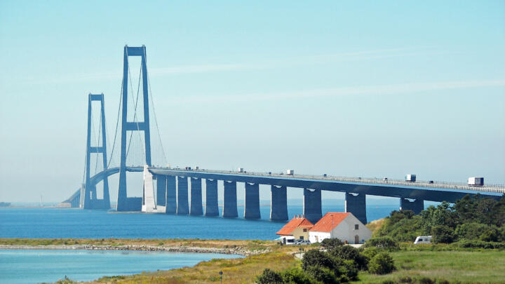 """<strong>Storebælt (DK)</strong><br/>One of the world's longest suspension bridges is the Storebælt Bridge in Denmark. Twelve spherical plain bearings in the damping and connection systems make the bridge """"surefire"""" so that it is able to compensate for all vibrations caused by the wind and traffic."""