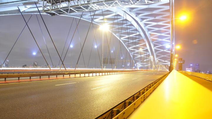 <strong>Rotterdam (NL)</strong><br/>Die Klappbrücke Van Brienenoord 2 wurde 1990 fertiggestellt. Die circa 80 Meter lange und 1.900 Tonnen schwere Klappe bewegt sich in vier FAG-Pendelrollenlagern. Das Öffnen und Schließen besorgt ein Zahnstangenantrieb – ebenfalls mit FAG-Pendelrollenlagern und vollrolligen Zylinderrollenlagern bestückt. Um die Drehlager vor Stillstandserschütterungen zu schützen, wurde ein Stützmechanismus in die Brückenkonstruktion integriert, dessen Anlenkpunkte und Stützrollen sich auch in FAG-Pendelrollenlagern bewegen.