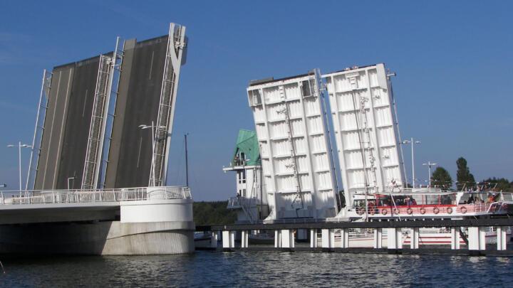 <strong>Kappeln (D)</strong><br/>Wartungsfreie INA-Großgelenklager sorgen für Funktionssicherheit bei der 23,5 Millionen Euro teuren Klappbrücke in Kappeln an der Schlei. Die 1.400 Tonnen schweren Klappelemente öffnen sich bis zu 3.000-mal im Jahr.