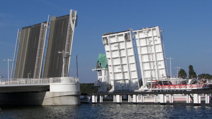 <strong>Kappeln (D)</strong><br/>Maintenance-free INA large spherical plain bearings ensure functional safety in the 23.5-million bascule bridge at Kappeln on the Schlei. The leaves weighing 1,400 metric tons are opened about 3,000 times a year.