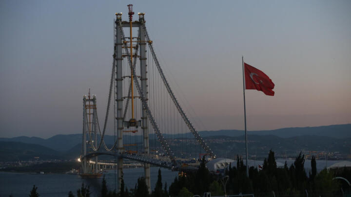 <strong>Izmir (TR)</strong><br/>The fourth-largest suspension bridge spans the Marmara Sea in the Gulf of Izmir. More than 100 maintenance-free spherical plain bearings from Schaeffler are installed in the 2.6-km (1.6 miles) long Osman Gazi Bridge. They connect the road with the suspension cables at the junctions.