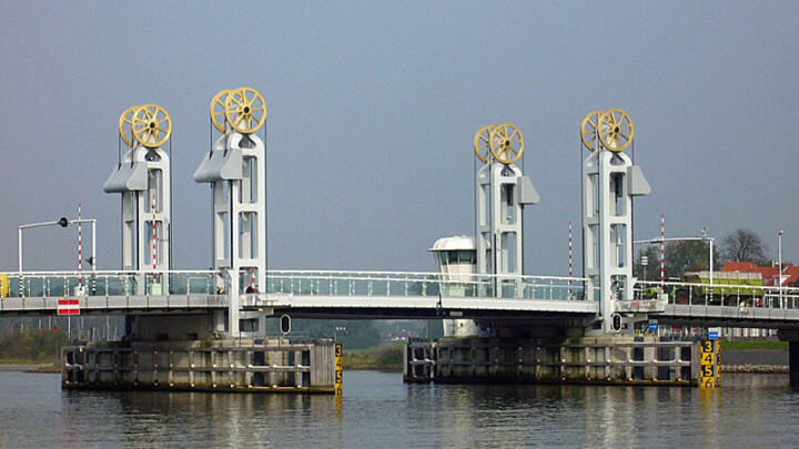 <strong>Kampen (NL)</strong><br/>The gold-plated cable sheaves on the Stadtsbrug are literally a shining example. Double-row spherical roller bearings with cylindrical bores support the tremendous weight of the movable bridge section that is regularly lifted and lowered to allow the passage of ships.