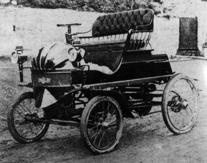 <strong>1899</strong><br/>Hybrid-Pionier: In der Pieper Voiturette aus dem belgischen Lüttich lädt erstmals ein Verbrennungsmotor die Batterie für das Elektroantriebsaggregat. Das Foto zeigt ein Modell von1900.