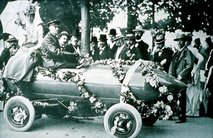 """<strong>1899</strong><br/>Vorteil E-Power: Die """"Jamais Contente"""" (""""DieNiezufriedene"""") ist mit 105,88 km/h das erste Auto weltweit, das die 100-km/h-Marke knackt."""