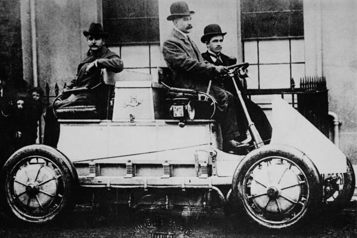 """<strong>1900</strong><br/>Der ein Jahr zuvor aufgebaute Lohner-Porsche """"Semper Vivus"""" ist ein Star auf der Pariser Weltausstellung. Seine technischen Highlights: Radnabenmotor, später zum ersten Allrad-Auto der Welt aufgerüstet (Foto). Auch eine Hybrid-Variante (""""Mixte"""") entsteht."""
