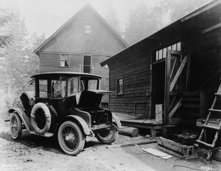 <strong>1907</strong><br/>Detroit Electric launches its first electric vehicle. In the 1910s, the company sells up to 2,000 cars per year, making it the first volume manufacturer of electric vehicles. With a top speed of 32 km/h (19.9 mph) and a range of up to 340 km (211 miles) the vehicles are perfectly fit for everyday use.