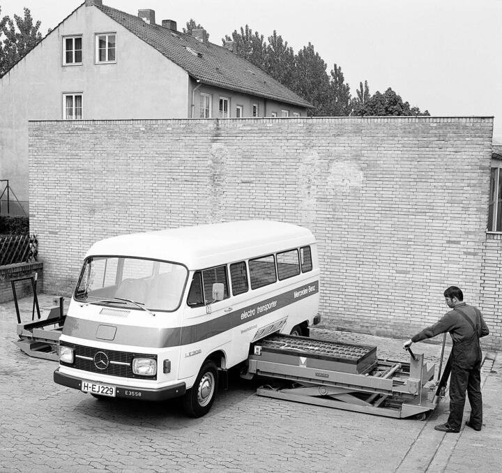 <strong>1972</strong><br/>Ein Kind der Ölkrise, das nicht erwachsen wird: der Mercedes LE 306. Schon nach 50 km müssen die sarggroßen Batterien gewechselt werden.