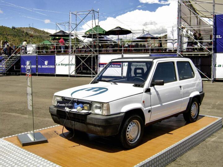 <strong>1992</strong><br/>Auf Rügen startet ein Großversuch mit Elektromobilen. Bis 1996 sind bis zu 60 E-Autos im Einsatz – vom Fiat Panda bis zum Omnibus. Hauptkritikpunkte: mangelnde Zuverlässigkeit (teilweise ist nur ein Fahrzeug einsatzbereit) und Reichweite sowie schlechte Ökobilanz durch Kohlestrom.