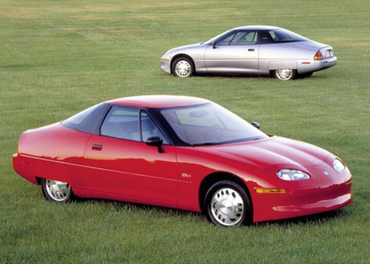 <strong>1997</strong><br/>Zeitgleich mit dem späteren Hybrid-Bestseller Toyota Prius startet auch das erste Serien-Elektroauto der Neuzeit. Der Saturn EV1 von GM ist aber kein Verkaufsschlager – trotz alltagstauglicher 160km Reichweite und 130 km/h Spitze.