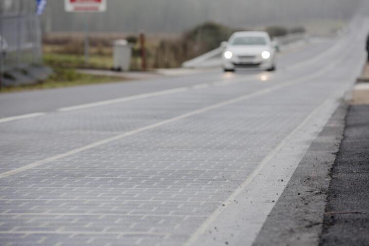<br/>Solar-Straßen wie hier im französischen Tourouvre sparen Flächen, sind aber aktuell 13-mal teurer als konventionelle Solaranlagen